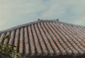沖縄瓦(雄瓦と雌瓦がある)をしっかりとすきまなく止めた屋根漆喰