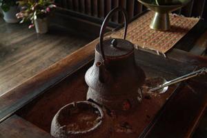 中辻家のヒロシキには囲炉裏の代わりに火鉢が
