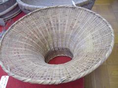 大量の大豆を出し入れするときに使う、竹製のロウト。