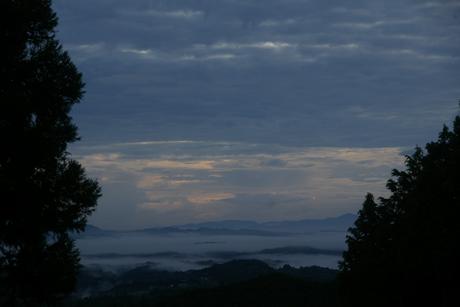 8月の早朝。山添村、神野山の中腹から望む朝霧。当地では、かつて、寺社で共に夜を過ごし朝を迎える「おこもり」がよく行われた。夜は「ココだけの話」も多く語り合われたという。