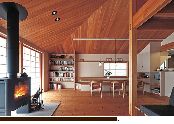 勾配天井の伸びやかな2階リビング・ダイニングに薪ストーブを設置。