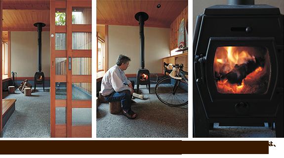 左/玄関を入った正面に薪ストーブが鎮座する。 中/帆船模型や自転車が飾られた土間は、さながらご主人の趣味室。 右/薪ストーブは対流式のタイプを選択。