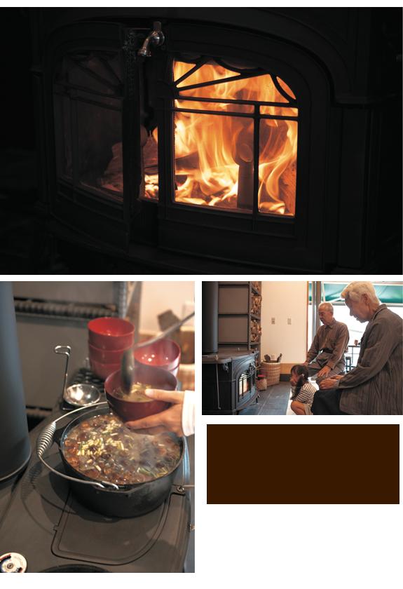 上/炎を眺めているだけで心が落ち着く。 左下/薪ストーブで暖めているのは、なめこ入りの豚汁。 右下/ひいおじいちゃん、ひいおばあちゃんと一緒に薪ストーブの火を眺めるお孫さん。「火場」は家族の触れ合いの場。