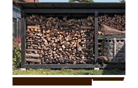 薪小屋は日当りのよい場所に設置すれば、薪を乾燥させながら効率よく保管することができる。(埼玉県入間市・増岡/陳邸)