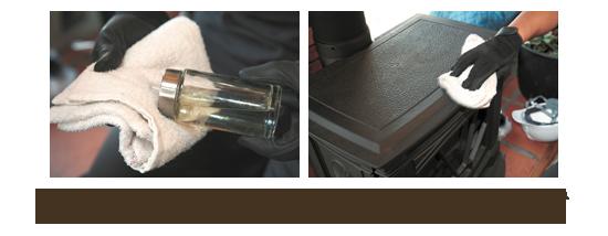 左/タオルにオイル(サラダオイルやオリーブオイルなどの食用のもので可)を染み 込ませる。 右/ストーブを拭いて、オイルを馴染ませる。