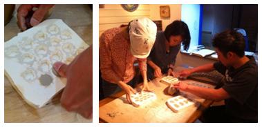 できた石膏型に粘土を押し込み いろいろな形のモザイクタイルを作っていきます。